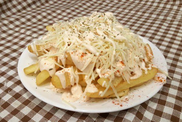 Πατάτες τηγανητές με σως & τυρί