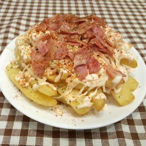 Πατάτες τηγανητές με σως, τυρί & μπέικον